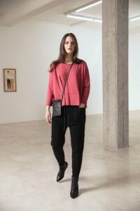 Shirt Midi in cranberry 339.00 - Hose Deleni in schwarz 339.00 - Tasche Vita in dunkelbraun 169.00
